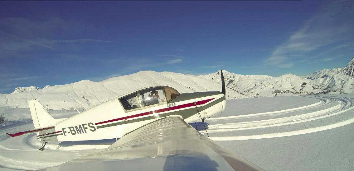 Jodel D140 Mousquetaire Alpine airlines Aerosavoie ecole de pilotage Instructeur Vol montagne Courchevel Meribel 3 Vallées Savoie Megève Chambéry Mont Blanc